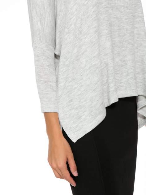 Jasnoszary melanżowy sweter oversize o obniżonej linii ramion z rozporkami po bokach                                  zdj.                                  8
