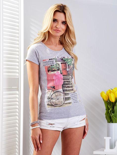 Jasnoszary t-shirt z fotograficznym nadrukiem                              zdj.                              1