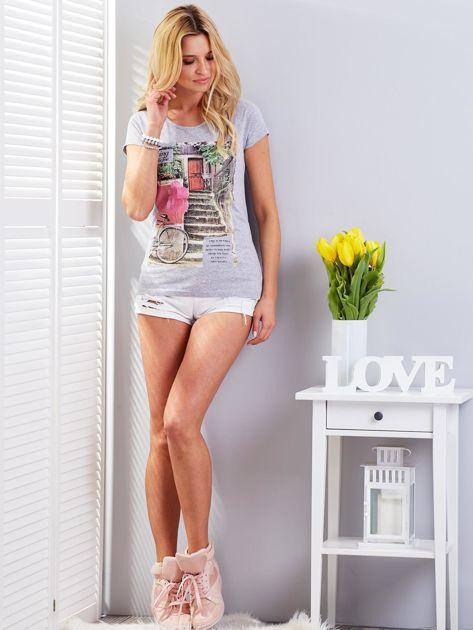 Jasnoszary t-shirt z fotograficznym nadrukiem                                  zdj.                                  4
