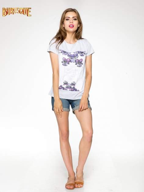 Jasnoszary t-shirt z kwiatowym nadrukiem zdobionym dżetami                                  zdj.                                  2