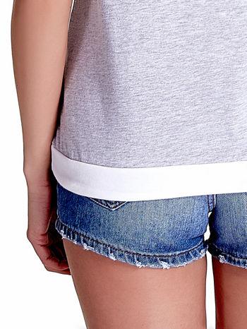 Jasnoszary t-shirt z napisem SELF-CONFIDENCE IS THE BEST OUTFIT                                  zdj.                                  7