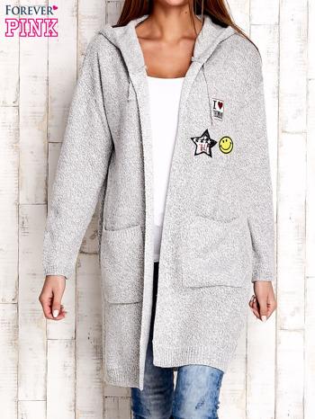 Jasnoszary wełniany sweter z naszywkami i kapturem                              zdj.                              1