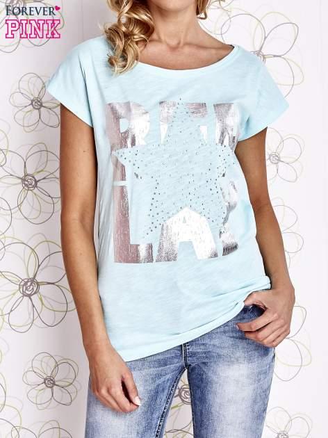 Jasnozielony t-shirt z motywem gwiazdy i dżetami                                  zdj.                                  1
