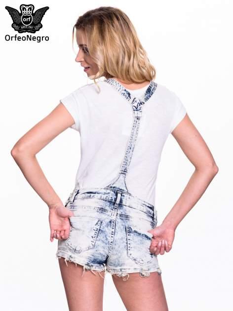 Jeansowe krótkie ogrodniczki marmurkowe z poszarpanymi nogawkami                                  zdj.                                  4
