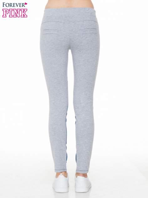 Jeansowo-dresowe spodnie typu tregginsy wiązane w pasie                                  zdj.                                  4