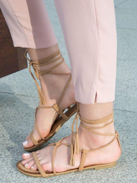 Karmelowe sandały wiązane wokół kostki ozdobnym chwostem                              zdj.                              4