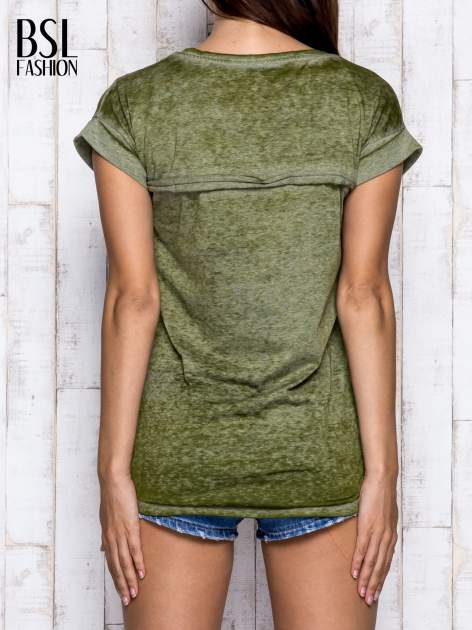 Khaki asymetryczny t-shirt z trójkątnym dekoltem                                  zdj.                                  2