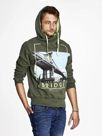 Khaki bluza męska z kapturem i nadrukiem Brooklyn Bridge                                  zdj.                                  5