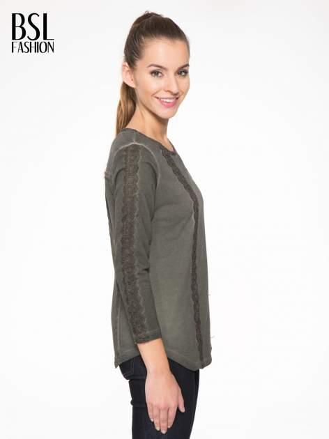 Khaki bluza z koronkowymi aplikacjami                                  zdj.                                  3