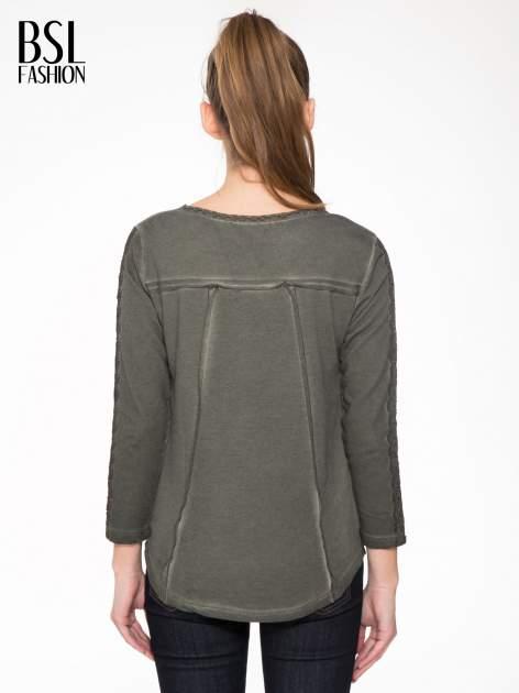 Khaki bluza z koronkowymi aplikacjami