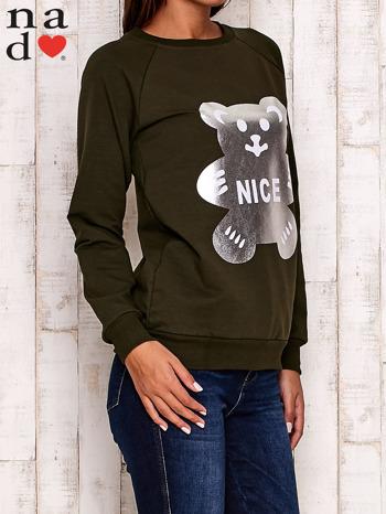 Khaki bluza z nadrukiem misia i napisem NICE                                  zdj.                                  3