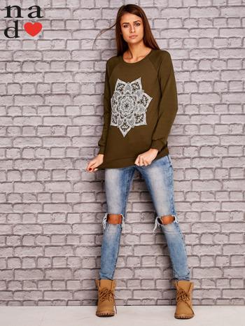 Khaki bluza z ornamentowym nadrukiem                                  zdj.                                  2