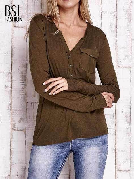 Khaki bluzka z atłasowym obszyciem przy dekolcie i kieszonką