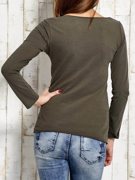 Khaki bluzka z biżuteryjną przypinką