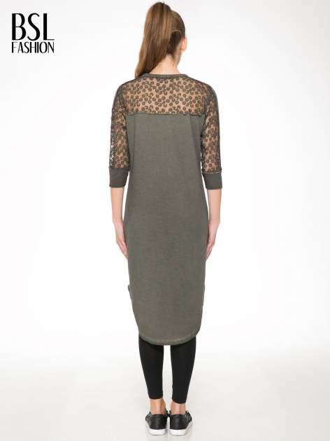 Khaki dresowa sukienka z koronkowym karczkiem                                  zdj.                                  4
