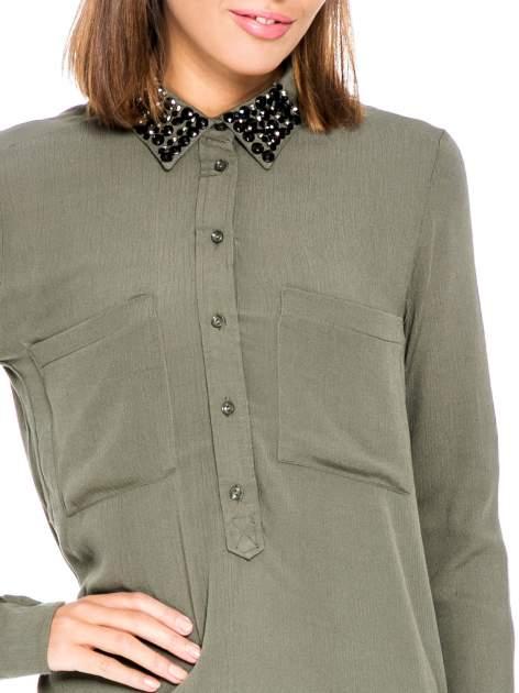 Khaki koszula z haftem etno na ramionach i kieszonką                                  zdj.                                  6