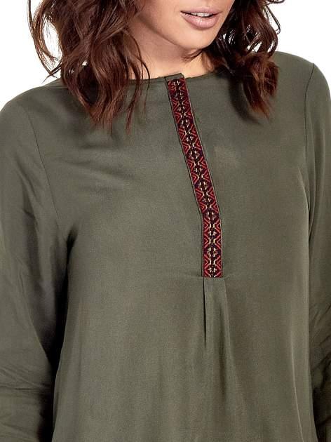 Khaki koszula ze wzorzystą wstawką w stylu etno                                  zdj.                                  6