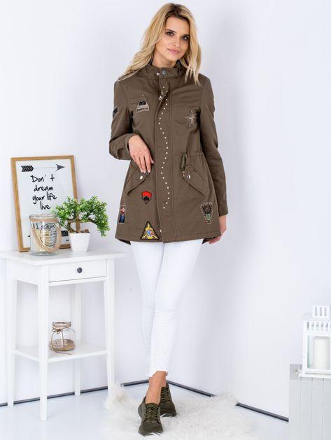 Khaki kurtka z naszywkami i aplikacją                                  zdj.                                  4
