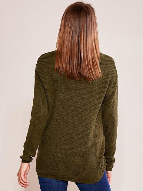 Khaki luźny sweter w serek                              zdj.                              2