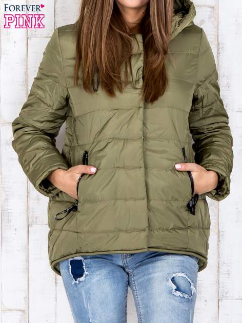 Khaki przejściowa kurtka puchowa z dłuższym tyłem                                  zdj.                                  2
