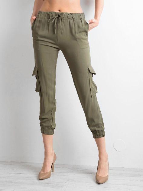 Khaki spodnie z kieszeniami i wiązaniem                              zdj.                              1
