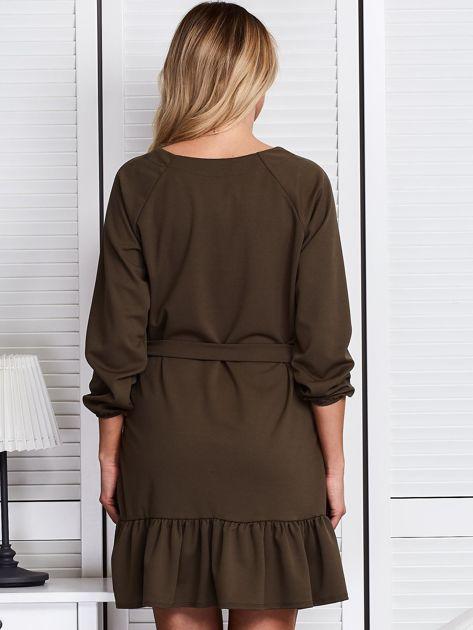 Khaki sukienka z falbaną i wiązaniem                              zdj.                              2