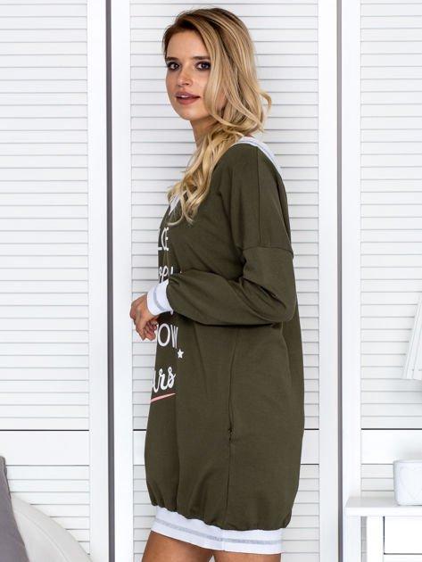 Khaki sukienka z napisem i ściągaczami                              zdj.                              3