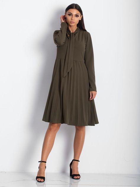 Khaki sukienka z plisami                              zdj.                              1