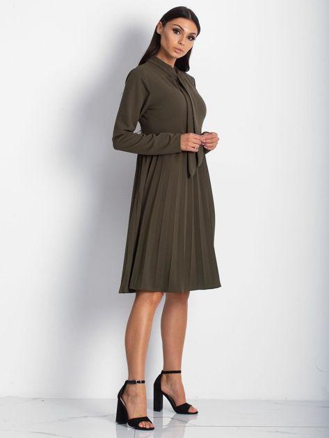 Khaki sukienka z plisami                              zdj.                              3