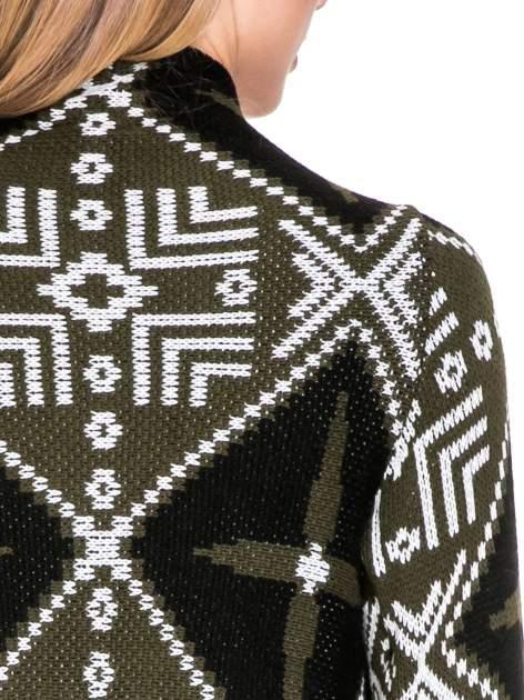 Khaki sweter narzutka w azteckie wzory z frędzlami                                  zdj.                                  8