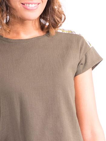 Khaki t-shirt z haftem na plecach zdobionym cekinami                                   zdj.                                  5