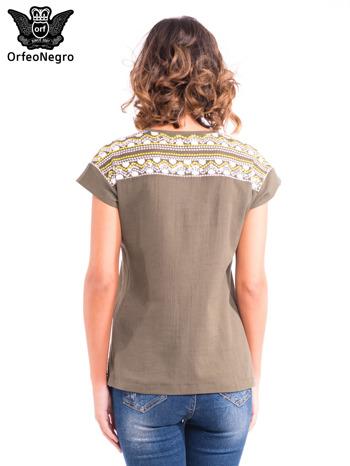 Khaki t-shirt z haftem na plecach zdobionym cekinami                                   zdj.                                  4
