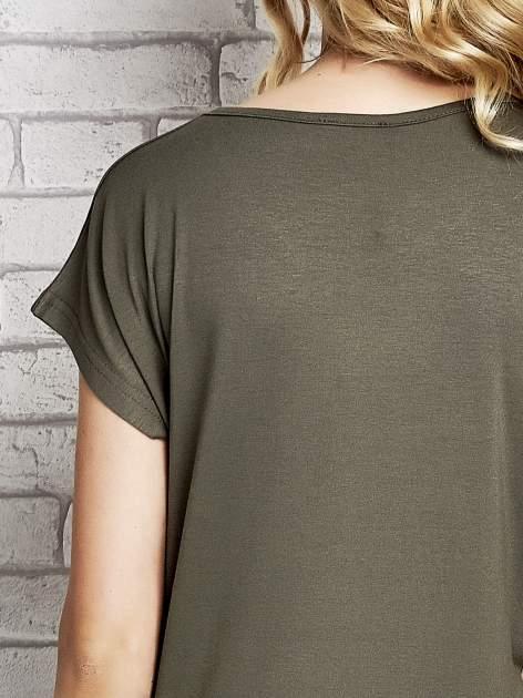 Khaki t-shirt z napisem FASHION IS THIS z dżetami                                  zdj.                                  6