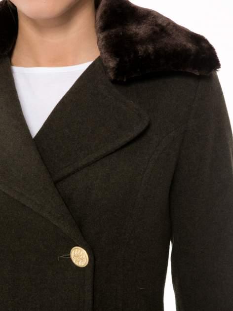 Khaki wełniany płaszcz dwurzędowy z futrzanym kołnierzem                                  zdj.                                  5