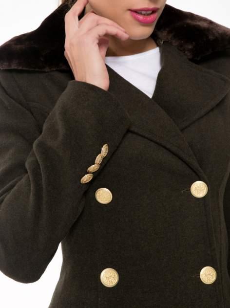 Khaki wełniany płaszcz dwurzędowy z futrzanym kołnierzem                                  zdj.                                  8
