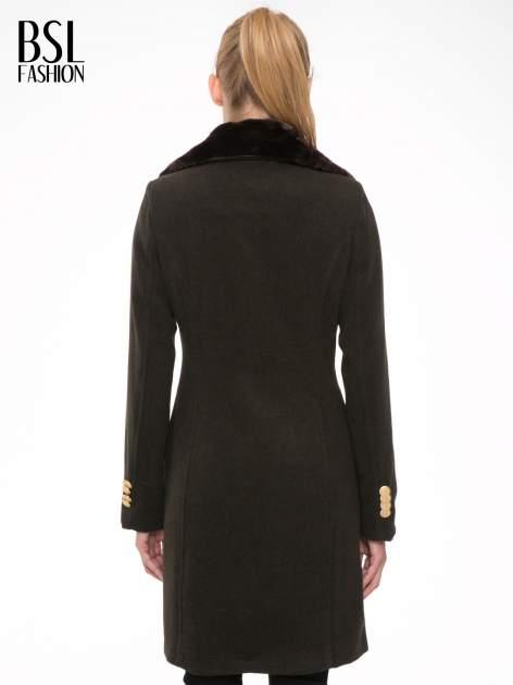 Khaki wełniany płaszcz dwurzędowy z futrzanym kołnierzem                                  zdj.                                  4