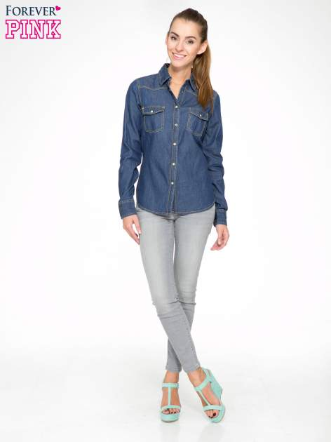 Klasyczna ciemnoniebieska jeansowa koszula z kieszonkami                                  zdj.                                  2