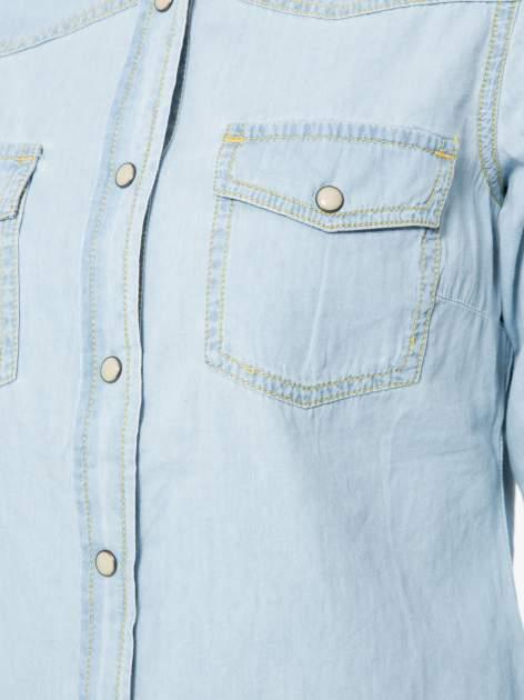 Klasyczna jasnoniebieska jeansowa koszula z kieszonkami                                  zdj.                                  7