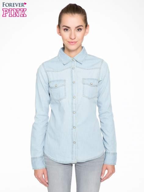 Klasyczna jasnoniebieska jeansowa koszula z kieszonkami