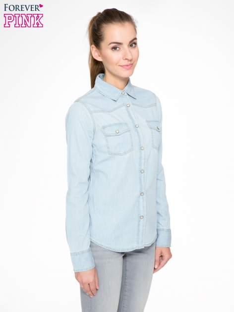 Klasyczna jasnoniebieska jeansowa koszula z kieszonkami                                  zdj.                                  3