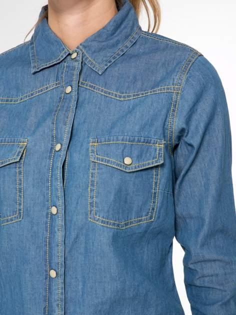 Klasyczna niebieska jeansowa koszula z kieszonkami                                  zdj.                                  7