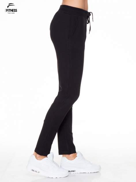 Klasyczne czarne spodnie dresowe wiązane w pasie                                  zdj.                                  3
