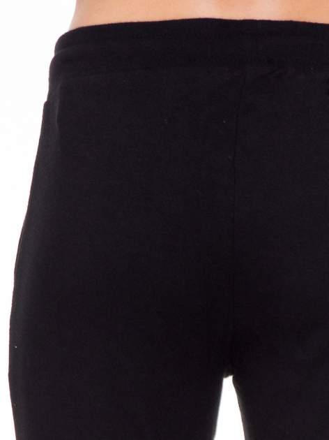 Klasyczne czarne spodnie dresowe wiązane w pasie                                  zdj.                                  7