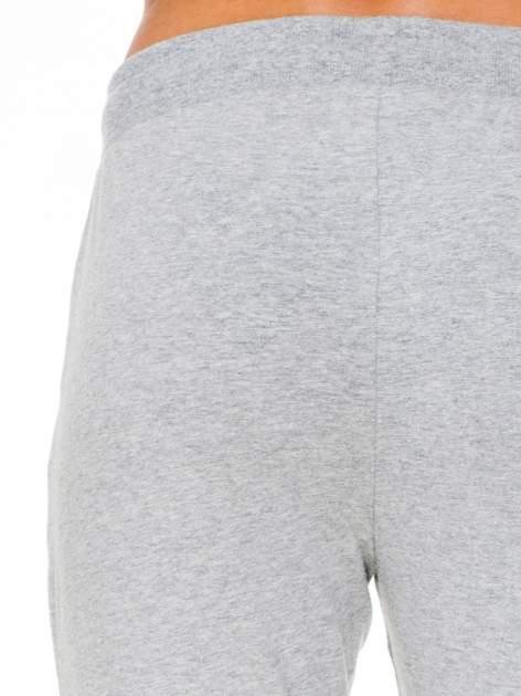 Klasyczne szare spodnie dresowe wiązane w pasie                                  zdj.                                  6
