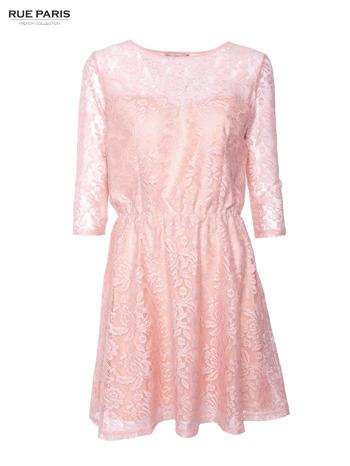Kloszowana sukienka pokryta na górze przezroczystą koronką w kolorze łososiowym