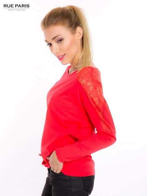 Koralowa bluzka z koronkową aplikacją na ramionach i plecach                                  zdj.                                  3
