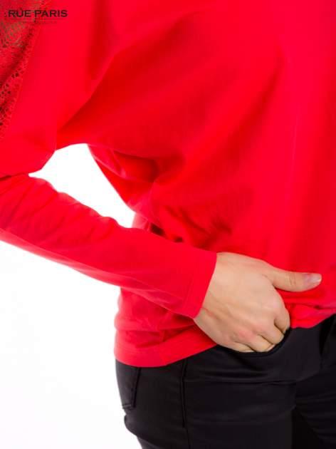 Koralowa bluzka z koronkową aplikacją na ramionach i plecach                                  zdj.                                  7