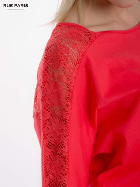 Koralowa bluzka z koronkową aplikacją na ramionach i plecach                                  zdj.                                  5