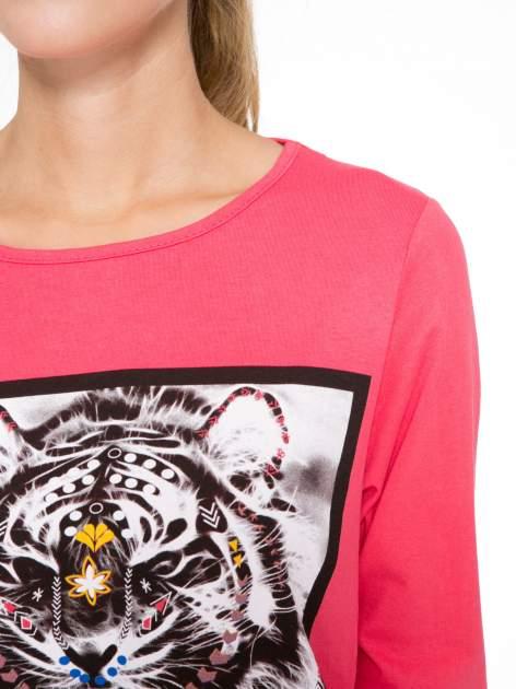 Koralowa bluzka z nadrukiem tygrysa i napisem THE NEW COLOURS ARE BLACK                                  zdj.                                  6