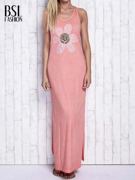 Koralowa dekatyzowana sukienka maxi z cekinowym kwiatem                                  zdj.                                  1